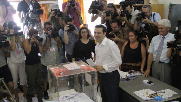 Лидер греческих леворадикалов Алексис Ципрас голосует на выборах