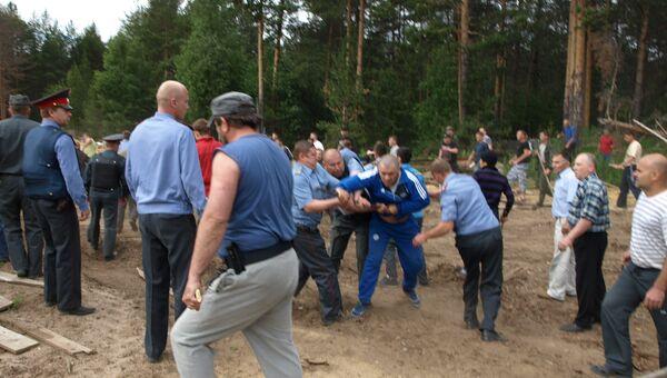 Один из моментов конфликта 22 июня в поселке Демьяново Кировской области