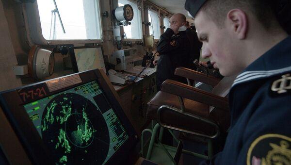 Матрос большого противолодочного корабля Вице-адмирал Кулаков следит за показаниями радара на капитанском мостике судна
