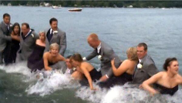 Свадьба рухнула в озеро вместе с пирсом во время фотосессии