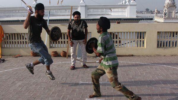 Занятия и учебные бои на мечах в школе сикхских боевых искусств в городе Тарн-Таран (Индия)