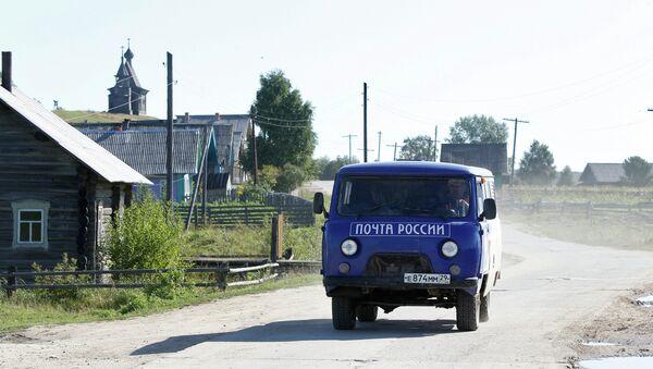 Работа почтальона Почты России в деревне. Архивное фото