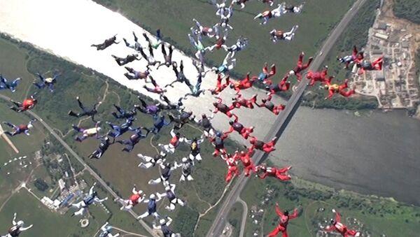 Парашютистки установили рекорд мира, создав в небе цветок из 88 человек