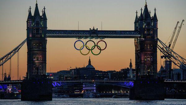 Символ Олимпийских игр-2012 на Тауэрском мосту. Архивное фото