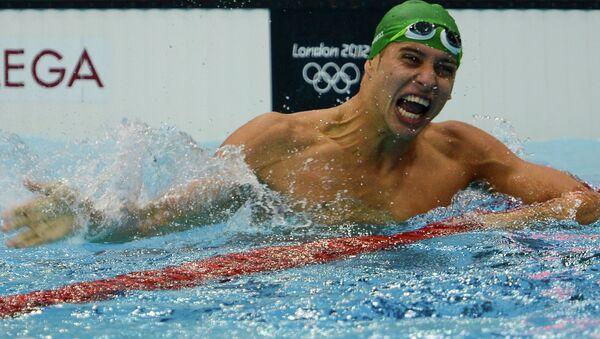 Южноафриканец Чад ле Кло, победивший в финальных соревнованиях по плаванию на дистанции 200 м стилем баттерфляй