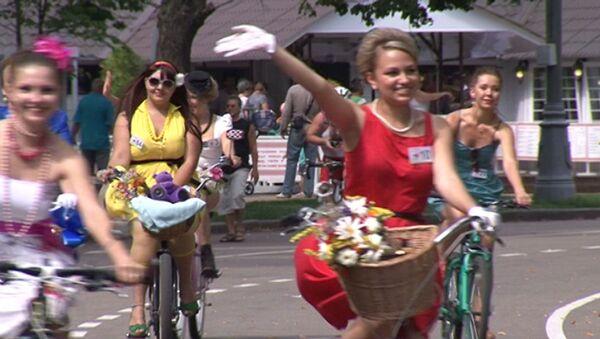 Леди в ретро-нарядах промчались на велосипедах по парку Сокольники