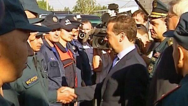 Медведев пожал руки томским пожарным, спасшим людей от огня в лесу