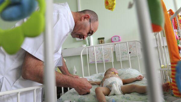 Сергей Готье во время осмотра пациента. Архивное фото