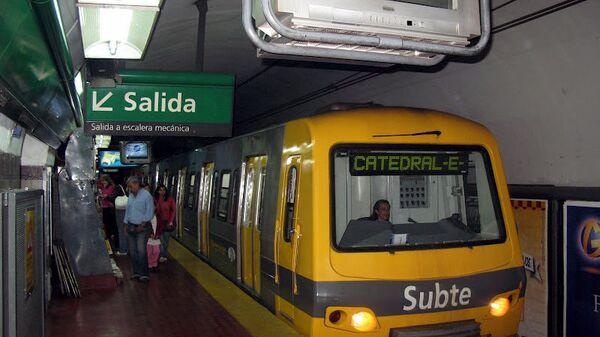 Поезд метрополитена в Буэнос-Айресе