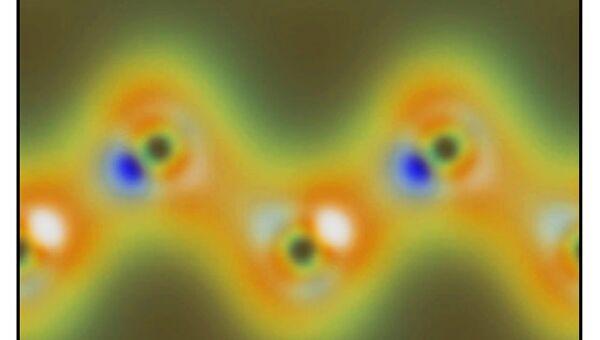 Обработанная фотография электронов, обращающихся вокруг атомов углерода в кристалле алмаза