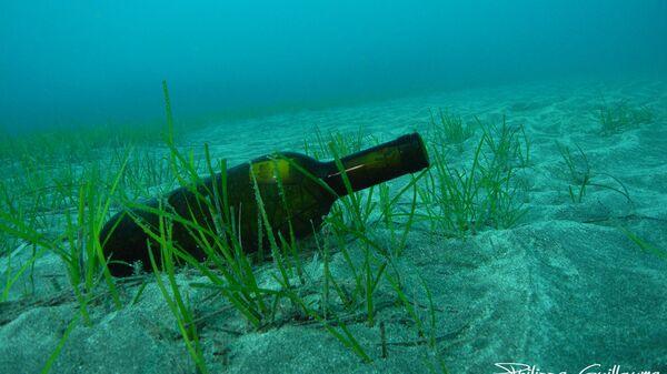 Бутылка на дне моря