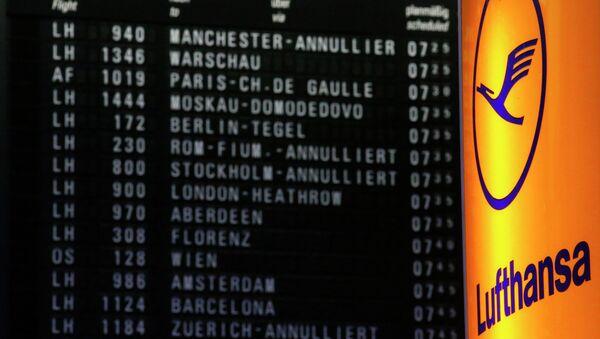 Стойка авиакомпании Lufthansa на фоне электронного табло в аэропорту Франкфурт-на-Майне