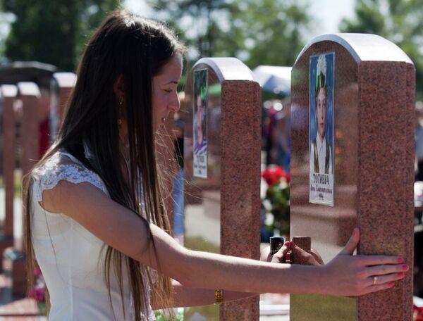 Девушка на мемориальном кладбище в Беслане