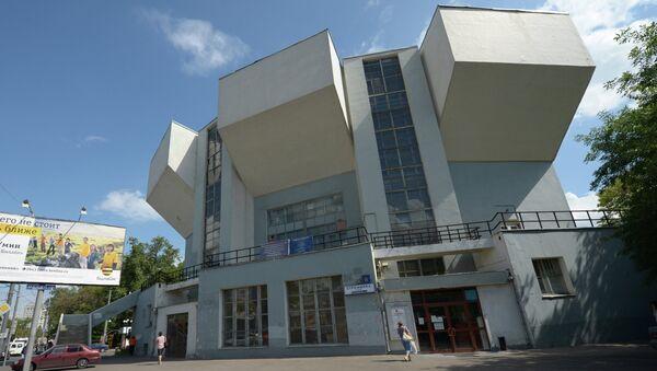 Вид на здание театра Романа Виктюка на улице Стромынка в Москве