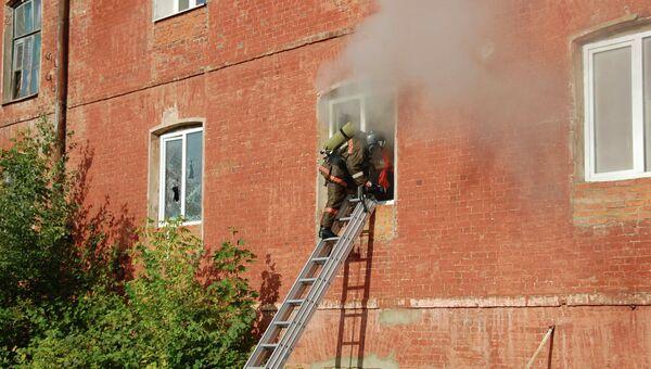 Пожарные работают на пожаре в швейном предприятии в подмосковном Егорьевске