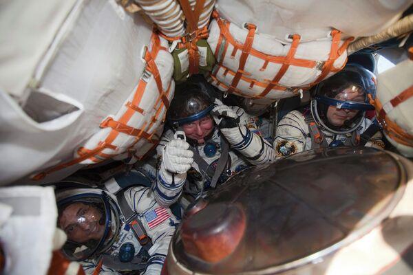 Джозеф Акаба, Геннадий Падалка, Сергей Ревин после приземления корабля Союз ТМА-04М в Казахстане