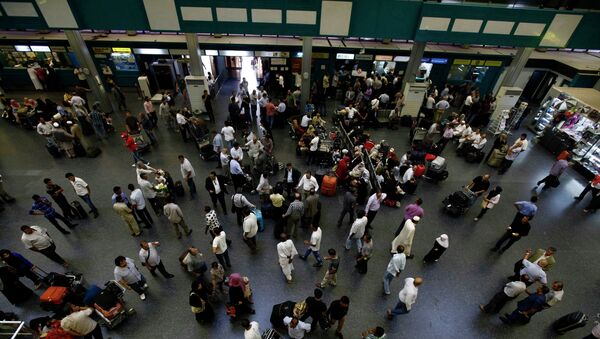 Пассажиры ждут вылета в аэропорту Триполи во время забастовки авиадиспетчеров