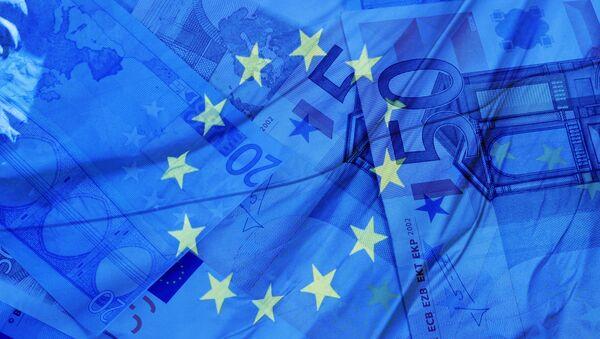 Флаг и деньги Евросоюза, архивное фото