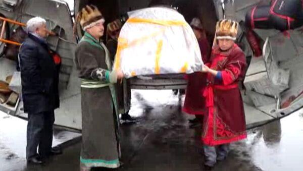 Мумию алтайской принцессы привезли на родину в саркофаге на вертолете