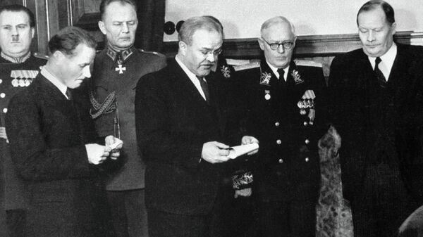 Министр иностранных дел СССР Вячеслав Молотов (в центре) на церемонии подписания Договора о дружбе, сотрудничестве и взаимной помощи между СССР и Финляндией. Архив