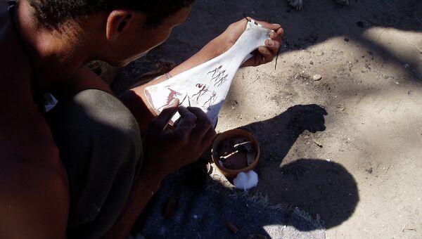 Представитель племени кхомани - одной из койсанских народностей - работает над очередным шедевром