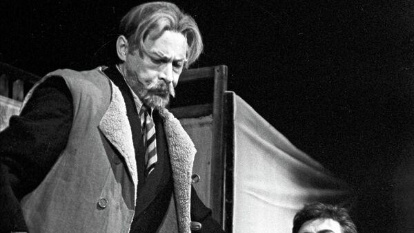 Актеры Олег Ефремов и Игорь Кваша в спектакле Вечно живые