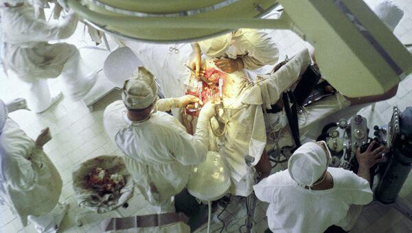 Хирурги проводят операцию на сердце