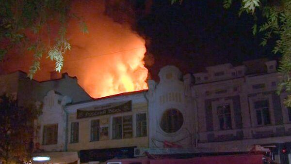 Пламя пожара поднялось выше крыши старинного ТЮЗа в Саратове