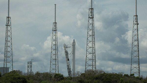 Ракета Falcon 9 с кораблем Dragon на старте
