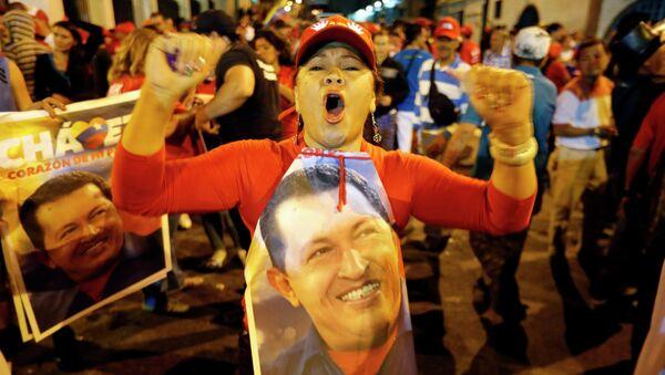 Венесуэльцы празднуют победу Уго Чавеса на выборах
