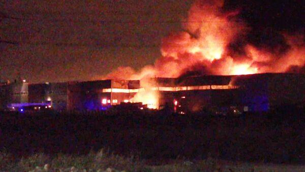Пламя поднимается над ангаром в промзоне Санкт-Петербурга. Кадры с места ЧП