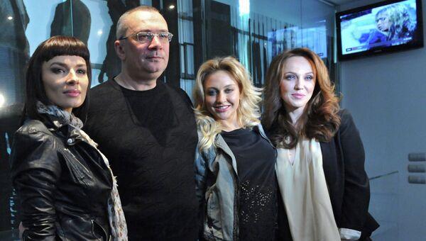 Солистки группы ВИА Гра Надежда Мейхер (Грановская) (слева), Ева Бушмина (вторая справа), Альбина Джанабаева (справа) и продюсер группы, композитор и поэт Константин Меладзе, архивное фото