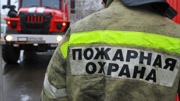 Сотрудник пожарной части возле пожарной машины