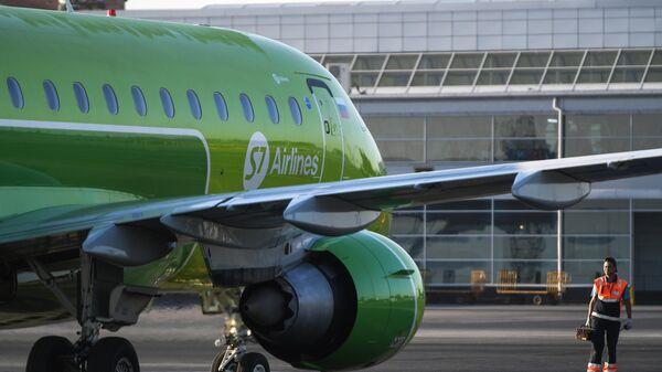 Самолет авиакомпании S7 в аэропорту Толмачево