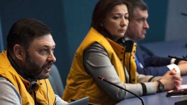 Елена Черышева, Кирилл Вышинский и Леонид Слуцкий во время пресс-конференции на полях сессии ПАСЕ
