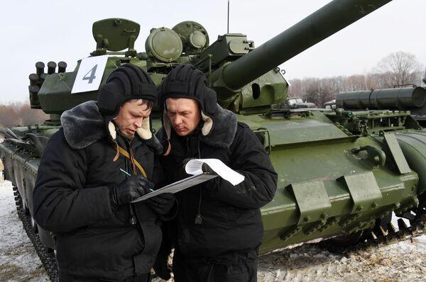 Военнослужащие РФ во время показательного выезда исторической бронетехники на Центральной базе хранения бронетанковой техники Восточного военного округа в Приморском крае