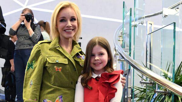 Актриса Марина Зудина со своей дочерью Марией перед церемонией вручения премии Олега Табакова в Московском театре под руководством О. Табакова