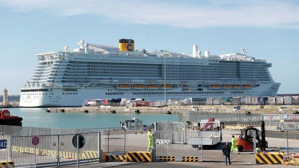 Круизный лайнер Costa Smeralda в порту Чивитавеккья. 30 января 2020