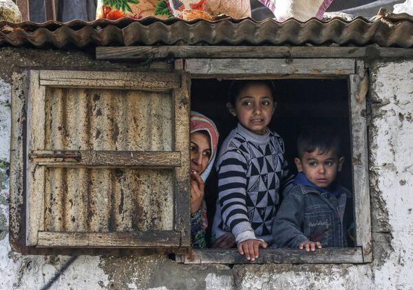 Палестинская семья в лагере для беженцев Хан-Юнис на юге Сектора Газа
