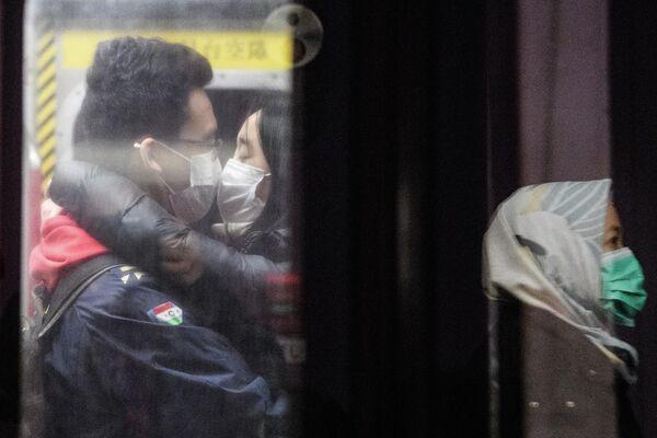 Пара в масках лица в метро Гонконга