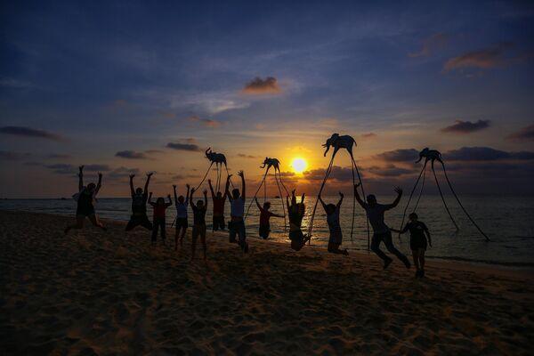 Туристы на пляже Epizode на острове Фокуоке во Вьетнаме