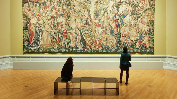 Посетители на выставке Ван Эйк. Оптическая революция