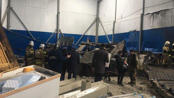 Сотрудники МЧС РФ на месте взрыва газа на заводе резиновых изделий в Мценске