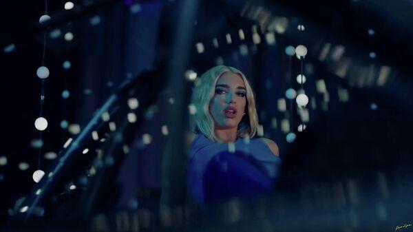 Стоп-кадр из музыкального клипа Physical британской певицы Dua Lipa