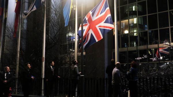 Сотрудники Европарламента снимают флаг Великобритании у здания Европарламента в Брюсселе