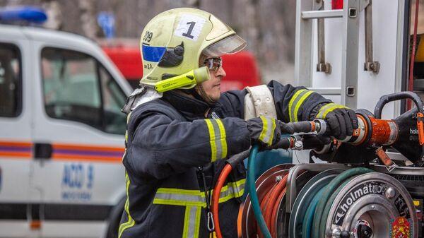 Сотрудник из команды пожарно-спасательного центра Москвы