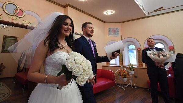 Молодожены на свадьбе в Измайловском ЗАГСе
