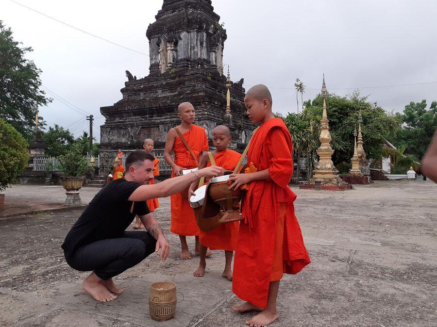 Лаос. Церемония кормления монахов в Луангпхабанге