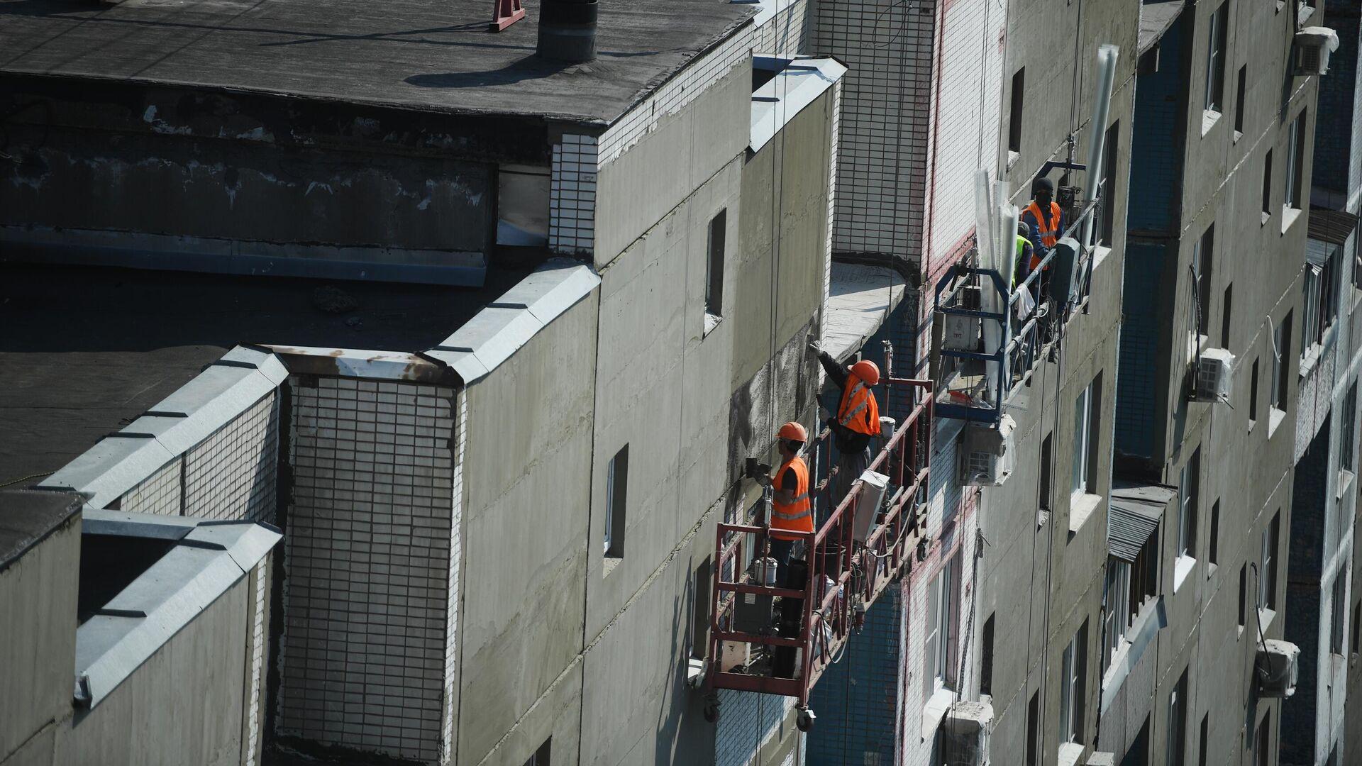 Рабочие проводят ремонт жилого дома - РИА Новости, 1920, 18.09.2020