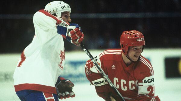 Нападающий сборной СССР Александр Скворцов (справа). Встреча сборных СССР-Канада. Чемпионат мира и Европы по хоккею с шайбой